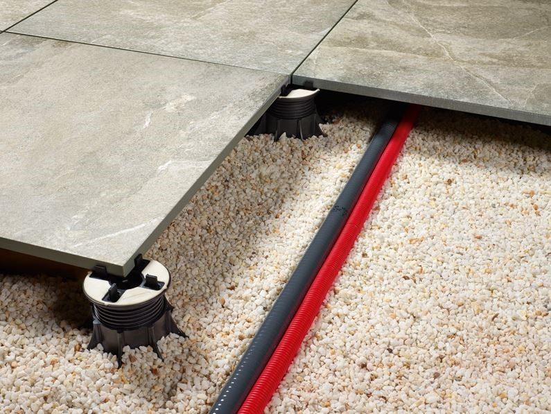 Dalle gr s c rame de 20mm d 39 paisseur pour pose sur plots for Pose carrelage terrasse sur plots